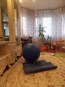 Так выглядит мой домашний тренажерный зал: коврик для йоги, мяч и легкие гантели